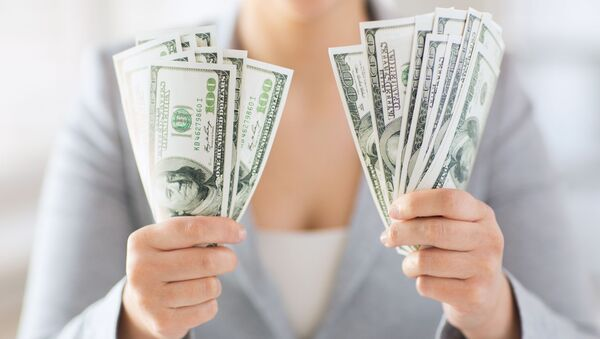 Kobieta trzyma dolary w rękach - Sputnik Polska