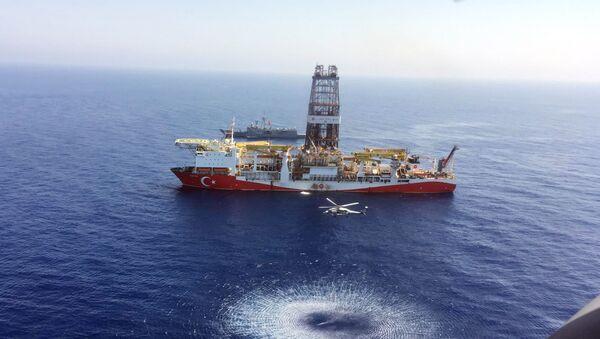 Turecki statek wiertniczy Fatih rozpoczął wiercenia poszukiwawcze złóż węglowodorów na Morzu Czarnym - Sputnik Polska