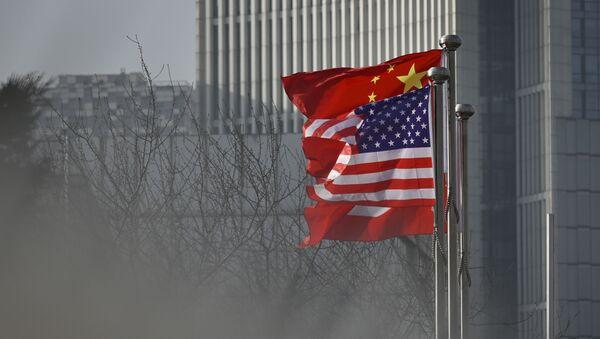 Flagi USA i Chin przed biurowcem w Pekinie. - Sputnik Polska
