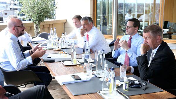 Liderzy pastw Czwórki Wyszehradzkiej za stołem negocjacyjnym podczas szczytu UE ws. budżetu - Sputnik Polska