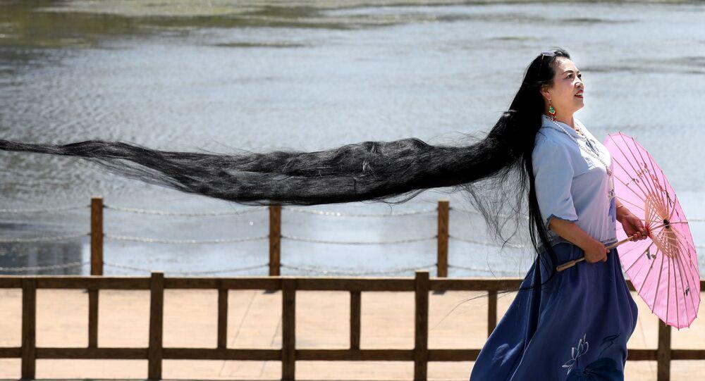 Kobieta z bardzo długimi włosami