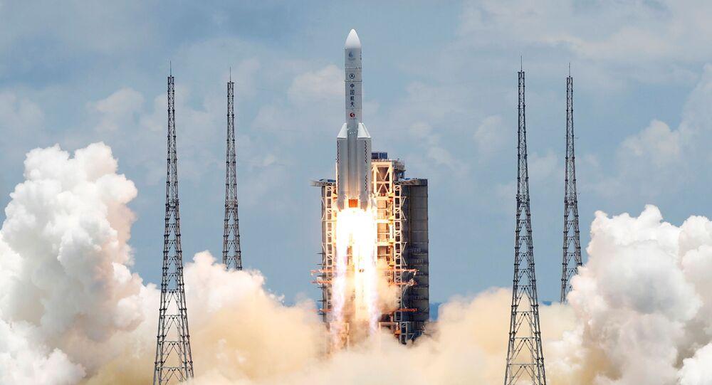 Chińska ciężka rakieta nośna Długi Marsz z pierwszą chińską sondą do eksploracji Marsa Tianwen 1 startuje z kosmodromu Wenchang