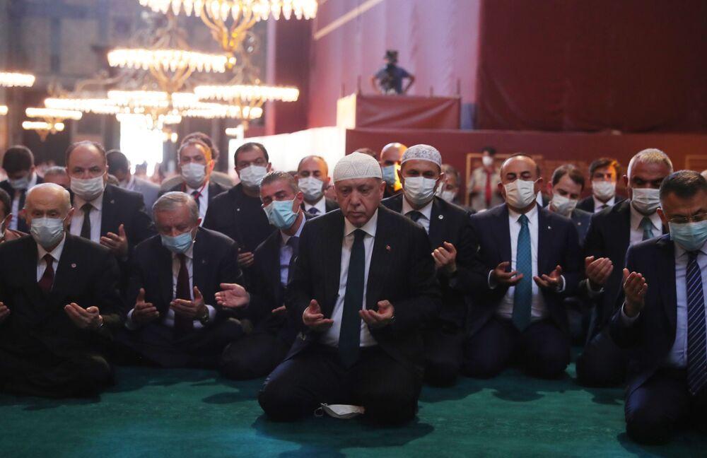 Prezydent Turcji Recep Tayyip Erdogan bierze udział w pierwszych od 86 lat modlitwach muzułmańskich w Hagia Sophia