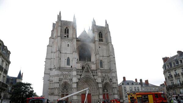 Gaszenie pożaru w katedrze św. Piotra i Pawła w Nantes we Francji  - Sputnik Polska