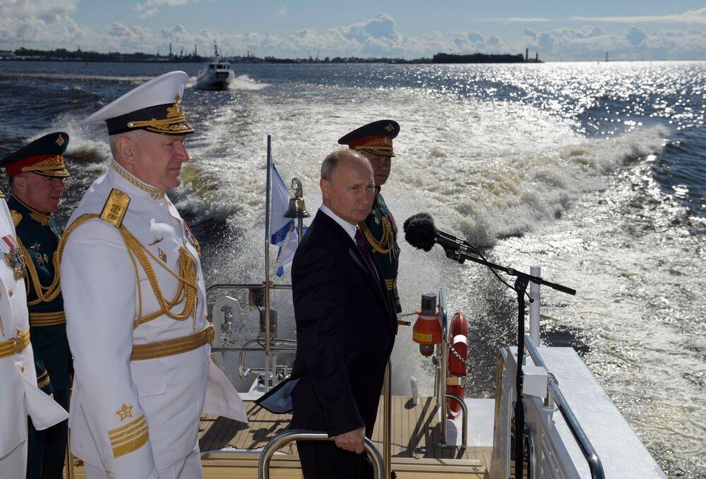 Prezydent Rosji, naczelny dowódca Sił Zbrojnych FR Władimir Putin wita uczestników parady morskiej z okazji Dnia Marynarki Wojennej Rosji na redzie Kronsztadu w Zatoce Fińskiej.