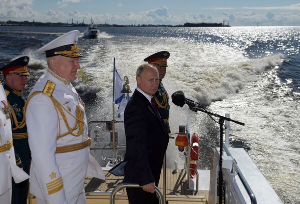 Prezydent Rosji, naczelny dowódca Sił Zbrojnych FR Władimir Putin wita uczestników parady morskiej z okazji Dnia Marynarki Wojennej Rosji na redzie Kronsztadu w Zatoce Fińskiej - Sputnik Polska