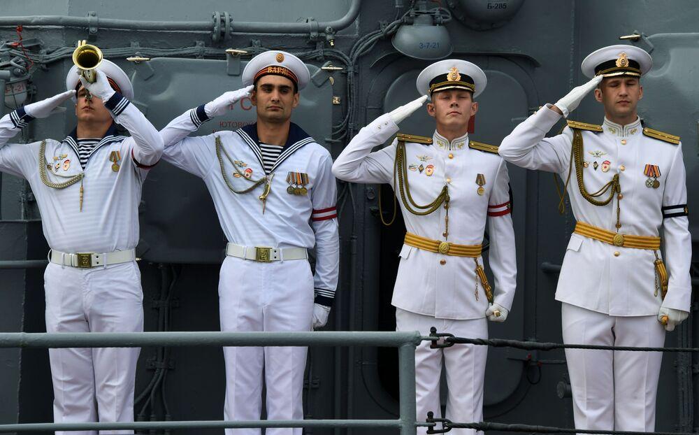 """Załoga orderu gwardyjskiego Nachimowa krążownika rakietowego """"Wariag"""" na paradzie z okazji Dnia Marynarki Wojennej Rosji w zatoce Złoty Róg we Władywostoku."""