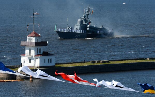 """Kuter rakietowy projektu 1241 """"Czuwaszija"""" na paradzie morskiej z okazji Dnia Marynarki Wojennej Rosji na redzie Kronsztadu w Zatoce Fińskiej - Sputnik Polska"""