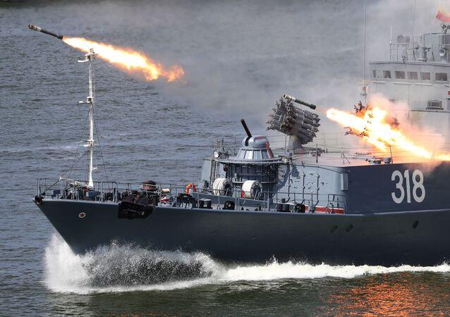 """Korweta przeznaczona do zwalczania okrętów podwodnych """"Aleksin"""" na paradzie z okazji Dnia Marynarki Wojennej Rosji w Bałtyjsku."""