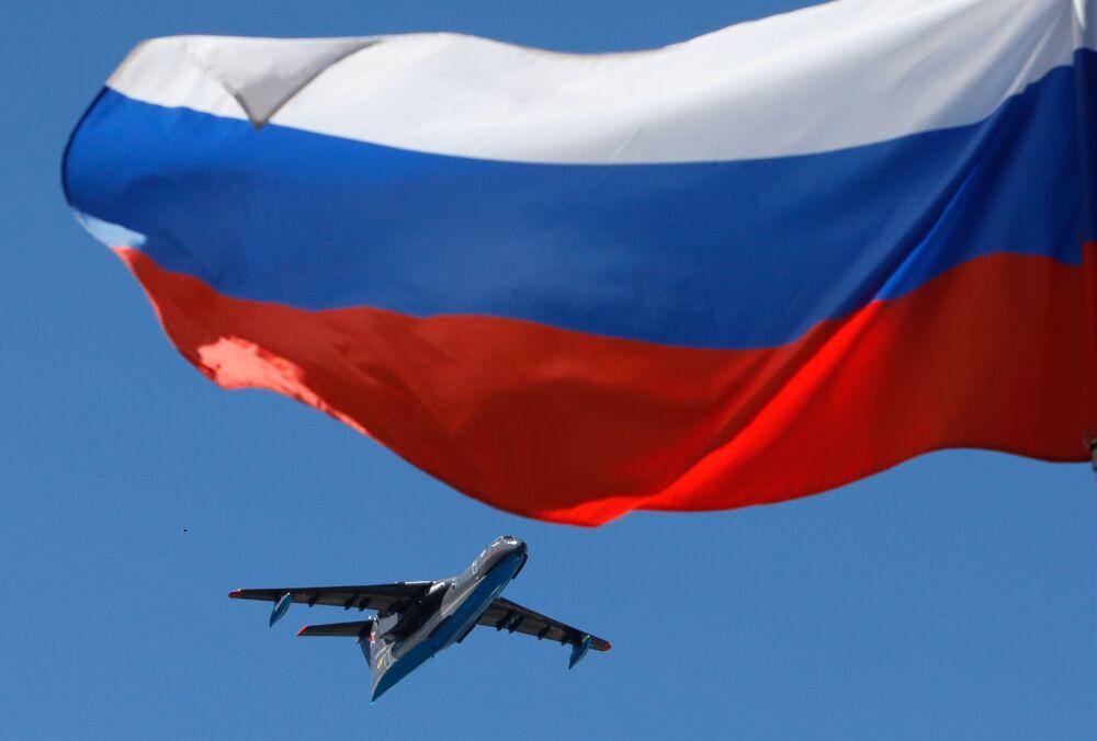 Łódź latająca Be-200 podczas parady morskiej z okazji Dnia Marynarki Wojennej Rosji w Petersburgu.