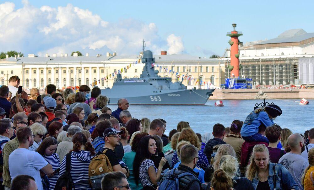 Ludzie na nabrzeżu Petersburga czekają na okręty uczestniczące w paradzie morskiej z okazji Dnia Marynarki Wojennej Rosji.
