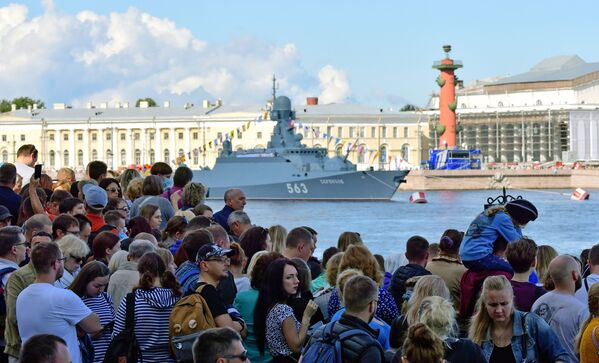 Ludzie na nabrzeżu Petersburga czekają na okręty uczestniczące w paradzie morskiej z okazji Dnia Marynarki Wojennej Rosji - Sputnik Polska