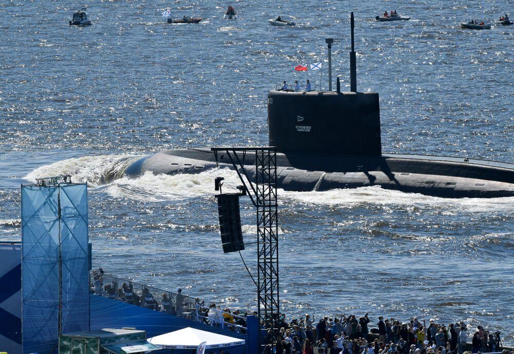 """Okręt podwodny B-274 projektu 636.3 """"Warszawianka"""" """"Pietropawłowsk Kamczacki"""" podczas parady morskiej z okazji Dnia Marynarki Wojennej Rosji w Zatoce Fińskiej."""