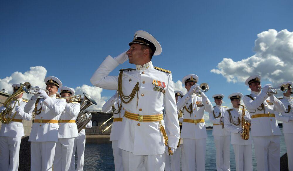 Muzycy orkiestry dętej podczas parady morskiej z okazji Dnia Marynarki Wojennej Rosji w Petersburgu.