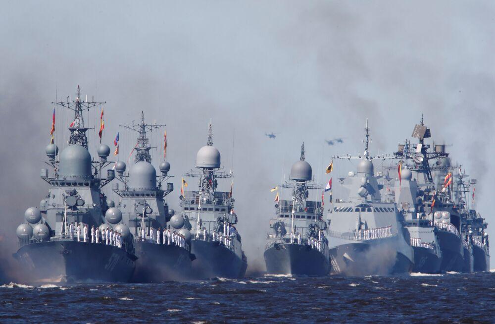 Okręty wojenne Marynarki Wojennej Rosji podczas parady morskiej z okazji Dnia Marynarki Wojennej Rosji w Kronsztadzie.