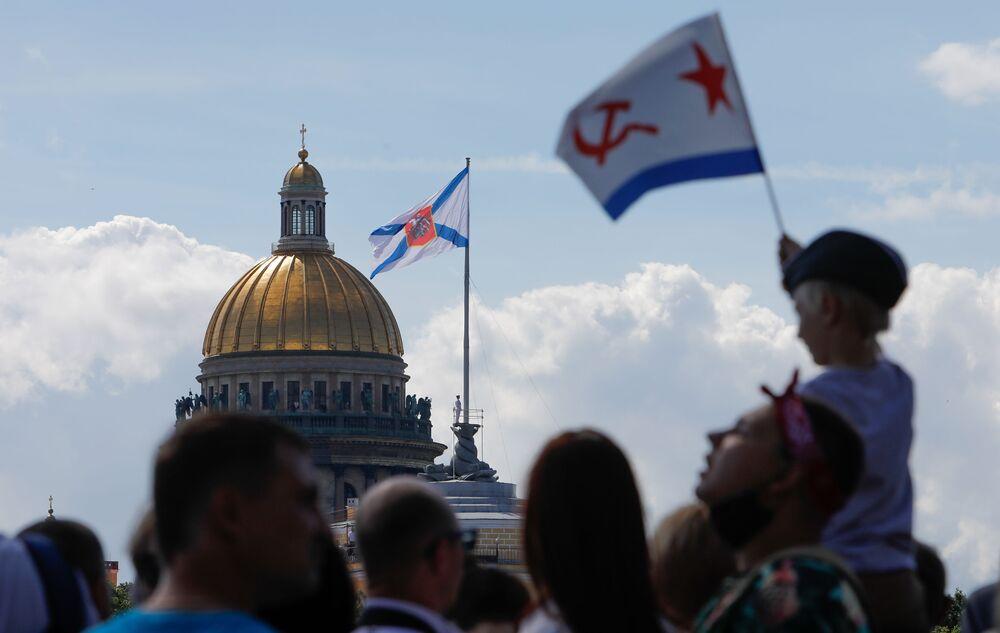 Widzowie na paradzie morskiej z okazji Dnia Marynarki Wojennej Rosji w Petersburgu.