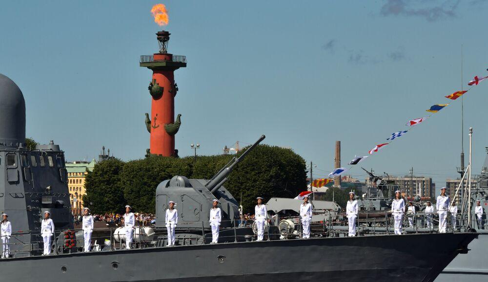 """Kuter rakietowy projektu 12411 """"Dimitrowgrad"""" podczas parady morskiej z okazji Dnia Marynarki Wojennej Rosji w Petersburgu."""