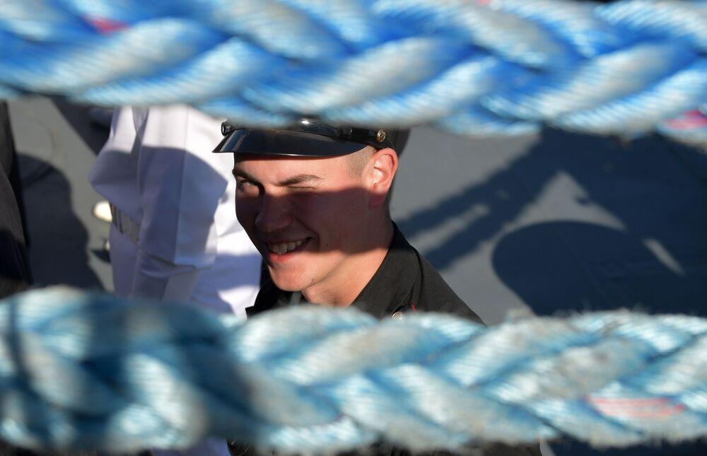 Marynarze podczas parady morskiej z okazji Dnia Marynarki Wojennej Rosji w Kronsztadzie.