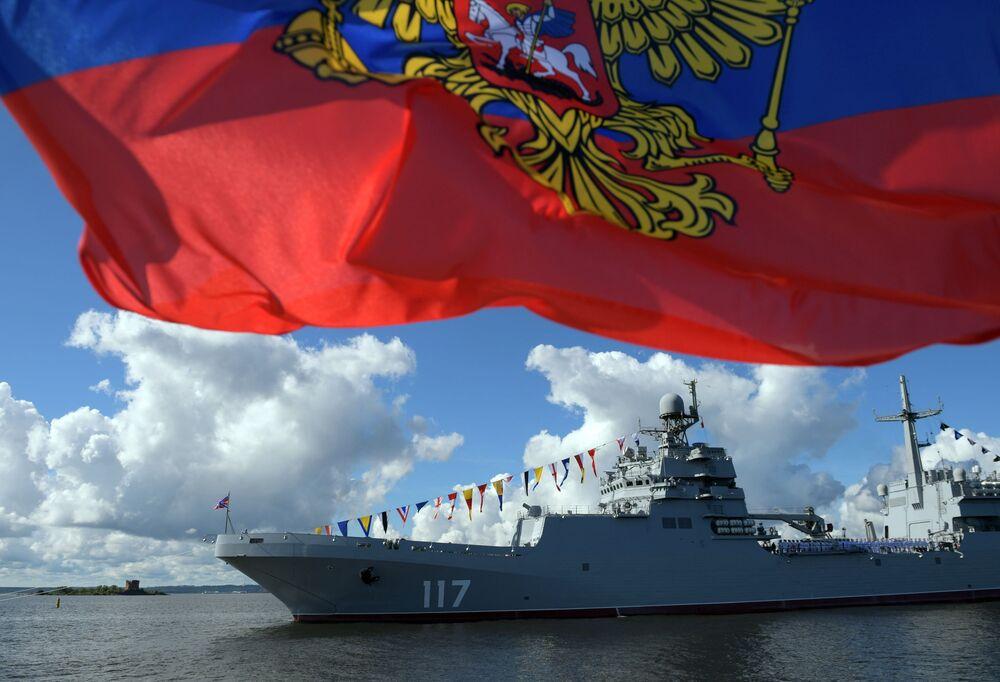 """Okręt desantowy """"Piotr Morgunow"""" podczas parady morskiej z okazji Dnia Marynarki Wojennej Rosji na redzie Kronsztadu w Zatoce Fińskiej."""
