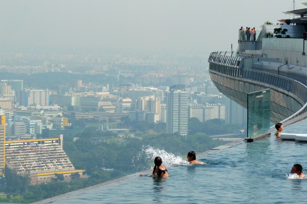 Podniebny basen Sands Sky Park w Singapurze