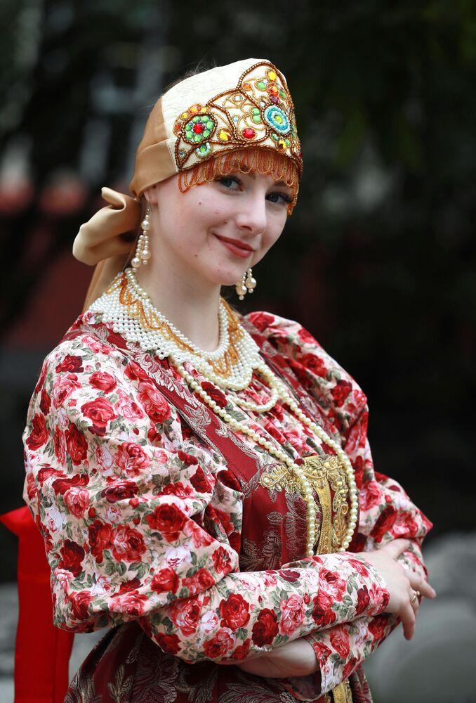 """Tancerka na prezentacji nowego pociągu moskiewskiego metra """"Rosyjskie rzemiosła ludowe"""""""