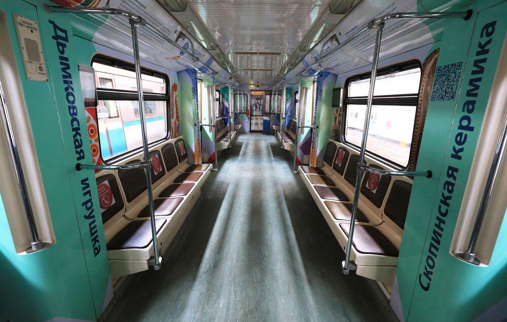 """Prezentacja nowego pociągu moskiewskiego metra """"Rosyjskie rzemiosła ludowe"""""""