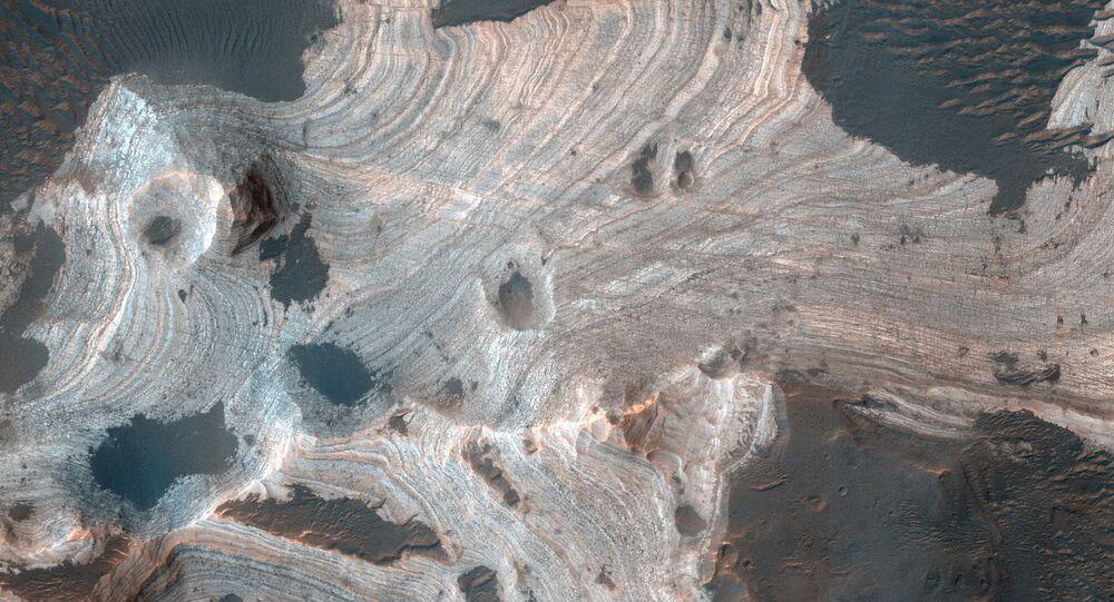 Widok z góry na kratery Marsa