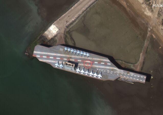 Makieta amerykańskiego lotniskowca w czasie irańskich ćwiczeń w Zatoce Ormuz