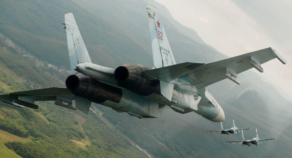 Rosyjskie wielozadaniowe myśliwce Su-27 w czasie lotów pokazowych z okazji 105 rocznicy sił powietrznych Rosji