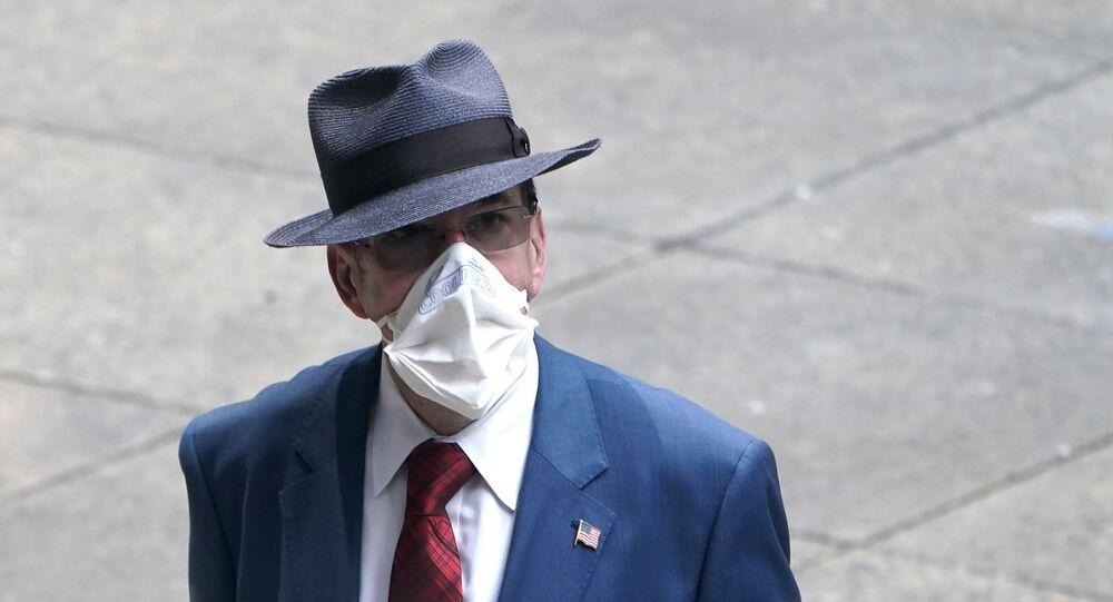 Mężczyzna w masce ochronnej w Nowym Jorku