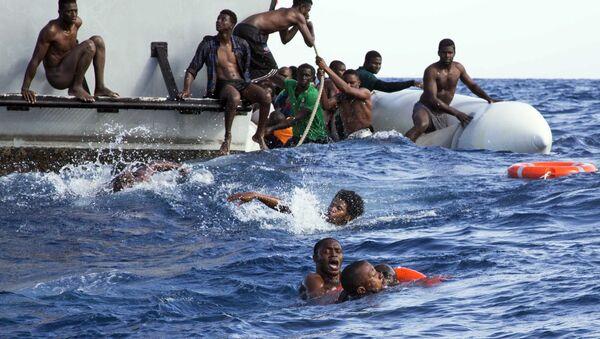 Operacja Libijskiej Straży Przybrzeżnej mająca na celu ratowanie imigrantów, których ponton zatonął na Morzu Śródziemnym - Sputnik Polska