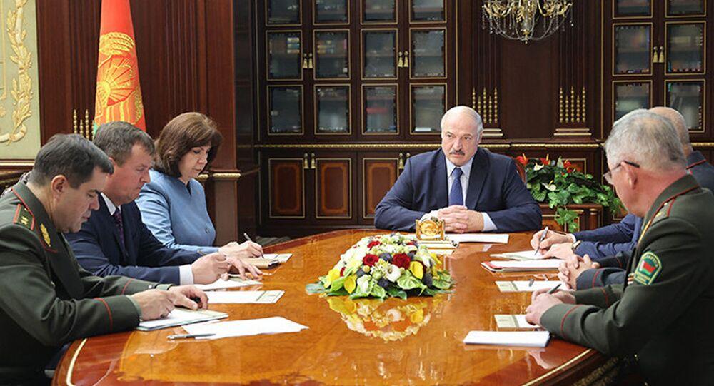 Prezydent Białorusii Alaksandr Łukaszenka na pilnej naradzie z członkami Rady Bezpieczeństwa