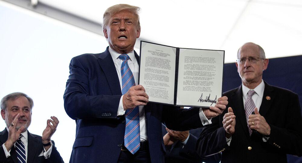 Prezydent Donald Trump z podpisanym zezwoleniem na rozwój energetyki na platformie wiertniczej Double Eagle Energy Oil w Teksasie