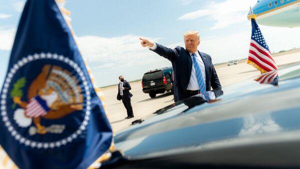 Prezydent USA Donald Trump przy swoim samochodzie w Midland w Teksasie - Sputnik Polska