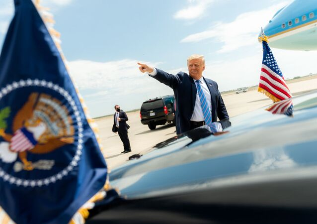 Prezydent USA Donald Trump przy swoim samochodzie w Midland w Teksasie