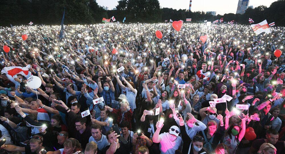 Uczestnicy wiecu kandydatki na prezydenta Białorusi Swietłany Cichanouskiej w Parku Przyjaźni Narodów w Mińsku