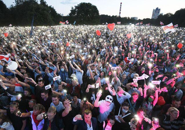 Uczestnicy wiecu kandydatki na prezydenta Białorusi Swietłany Cichanouskiej z wyborcami w Parku Przyjaźni Narodów w Mińsku