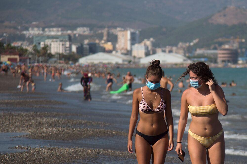 Dziewczyny w maskach na plaży w Hiszpanii
