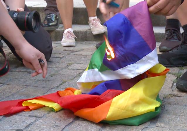 Płonąca flaga LGBT na Marszu Powstania Warszawskiego (18+)