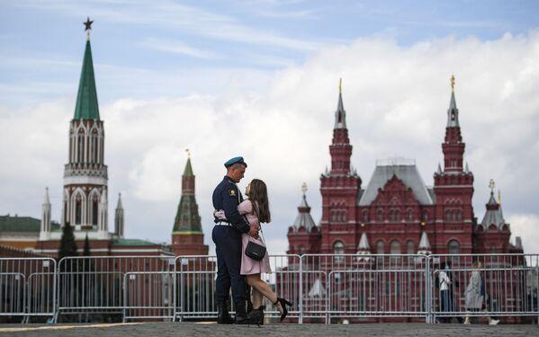 Desantowiec z dziewczyną w Moskwie - Sputnik Polska