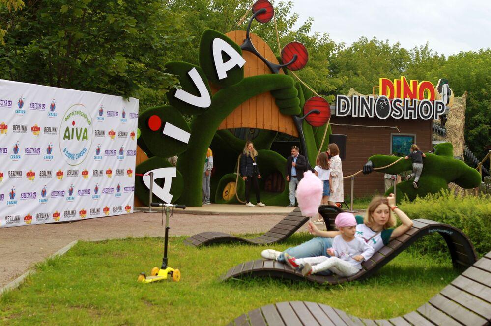 Ludzie odpoczywają przy wejściu do fantastycznej przestrzeni Aiva w Bajkowym Parku