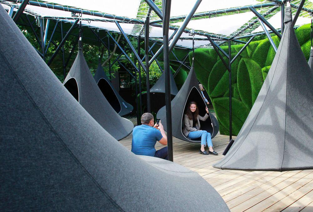 Ludzie fotografują się na huśtawce w fantastycznej przestrzeni Aiva w Bajkowym Parku