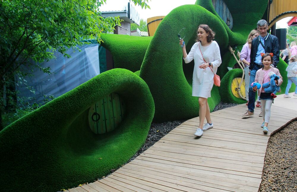 Odwiedzający fantastyczną przestrzeń Aiva w Bajkowym Parku