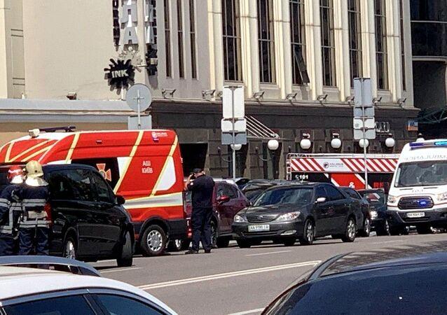 """Pojazdy służb ratowniczych pod budynkiem centrum biznesowego """"Leonardo"""" w Kijowie"""