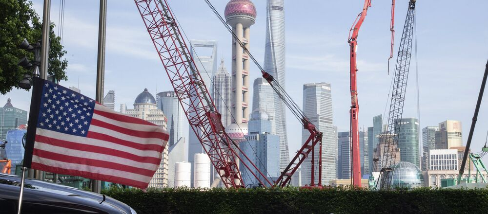 Flaga USA w pobliżu hotelu w Szanghaju w Chinach.