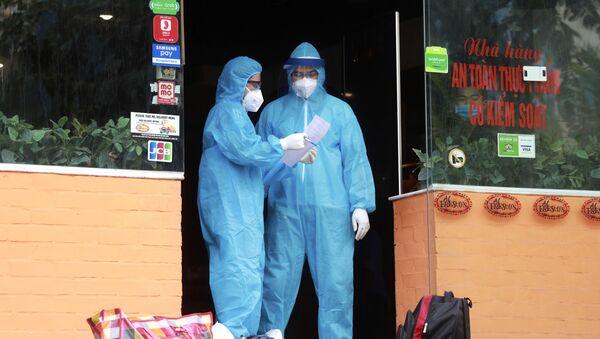 Pracownicy medyczni w restauracji w Hanoi, gdzie u pracownika podejrzewa się COVID-19, Wietnam - Sputnik Polska