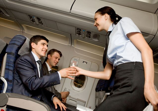 Stewardesa roznosi wodę w samolocie