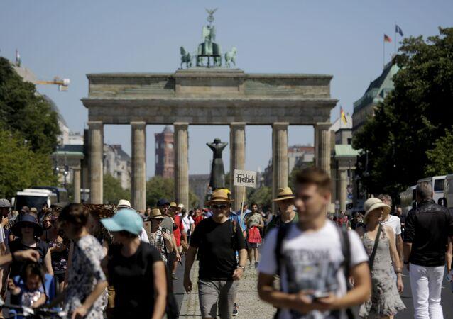 Uczestnicy protestu przeciwko wprowadzeniu ograniczeń z powodu pandemii COVID-19. Berlin, Niemcy