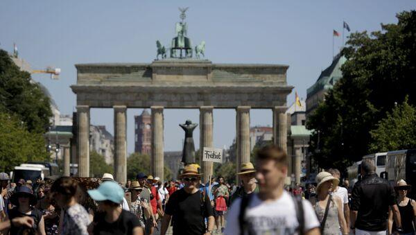 Uczestnicy protestu przeciwko wprowadzeniu ograniczeń z powodu pandemii COVID-19. Berlin, Niemcy - Sputnik Polska