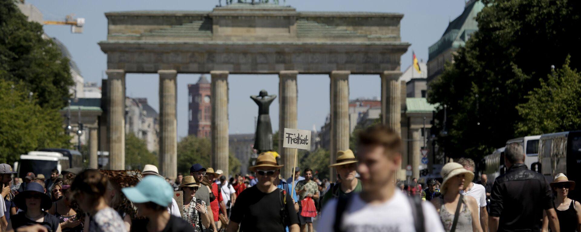 Uczestnicy protestu przeciwko wprowadzeniu ograniczeń z powodu pandemii COVID-19. Berlin, Niemcy - Sputnik Polska, 1920, 02.06.2021